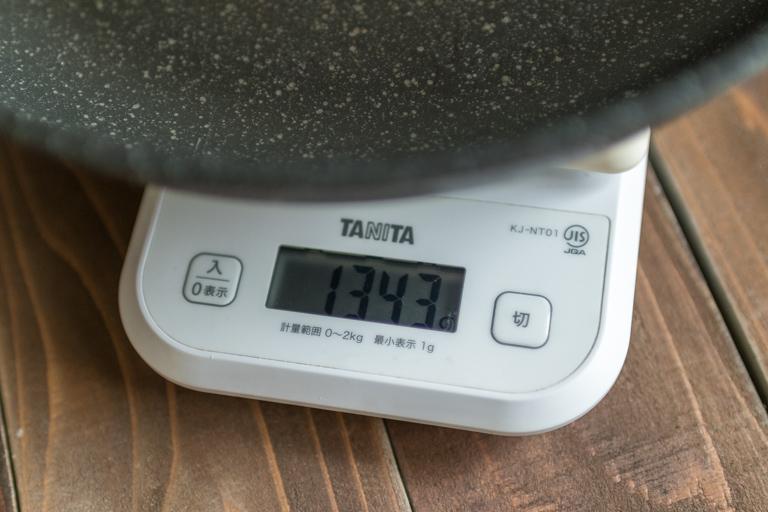 ruhru_フライパンの重さを計っているところ