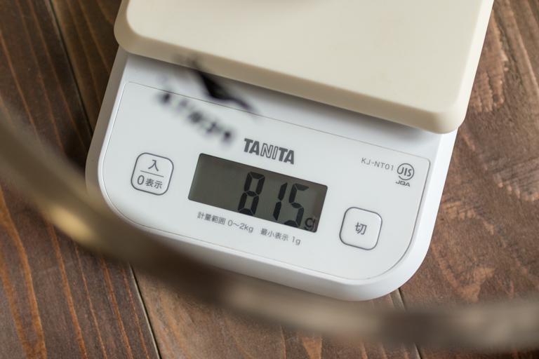 PENTA_フライパンの蓋の重さを計っている写真