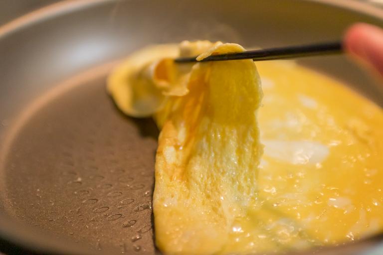 PENTA_フライパンで薄焼き卵を焼いているところ