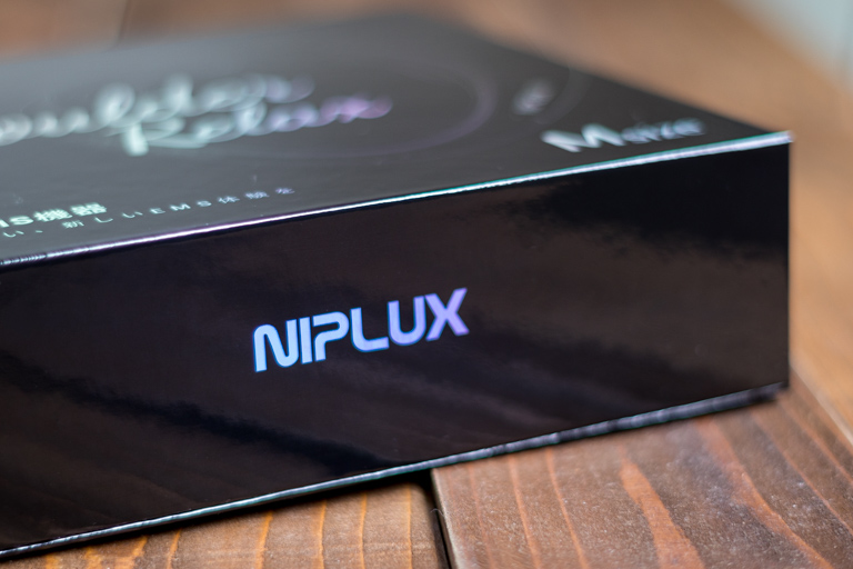 NIPLUX_ニップラックス_SHOULDER RELAX_ボックス側面のロゴ