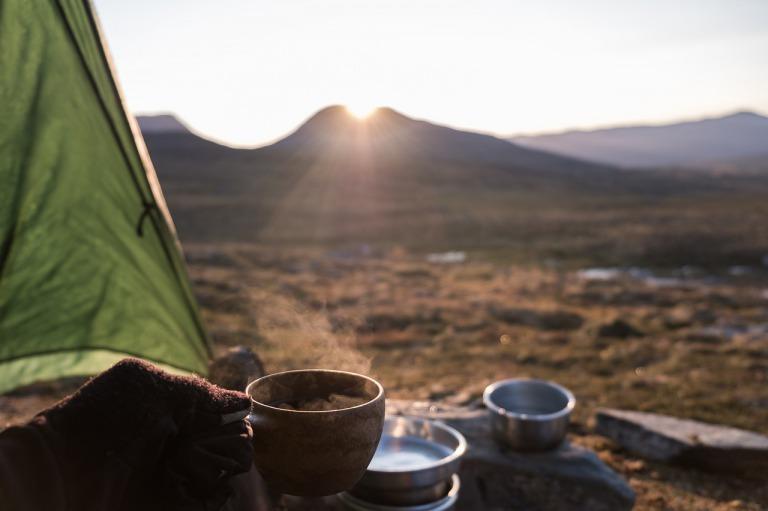キャンプでコーヒーを飲むイメージ