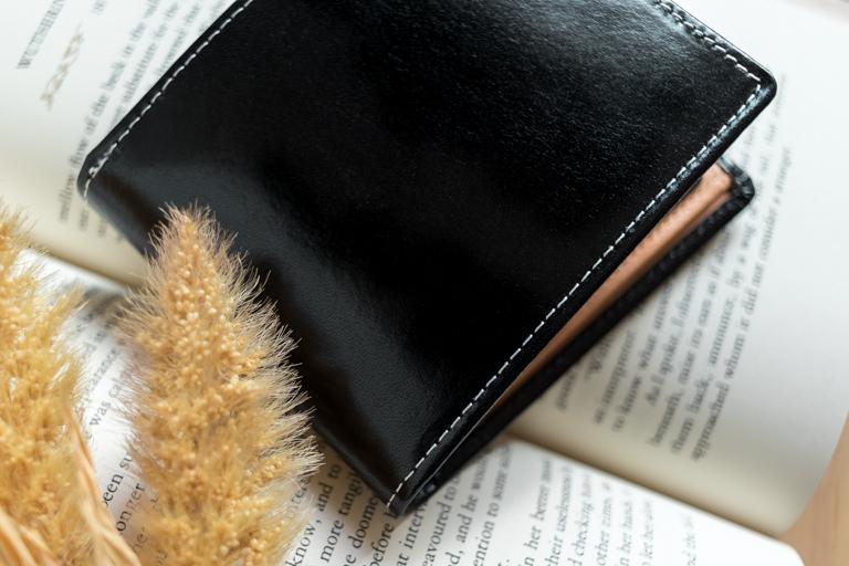 MURA_二つ折り財布_革の質感がわかりやすい写真