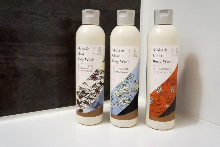 SWATi_Moist & Clear Body Wash_バスルームに並べたところ
