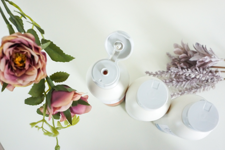 SWATi_Moist & Clear Body Wash_ボトルから香りが広がるイメージ写真
