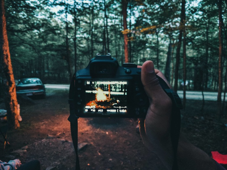 キャンプの様子をカメラで撮影しているイメージ